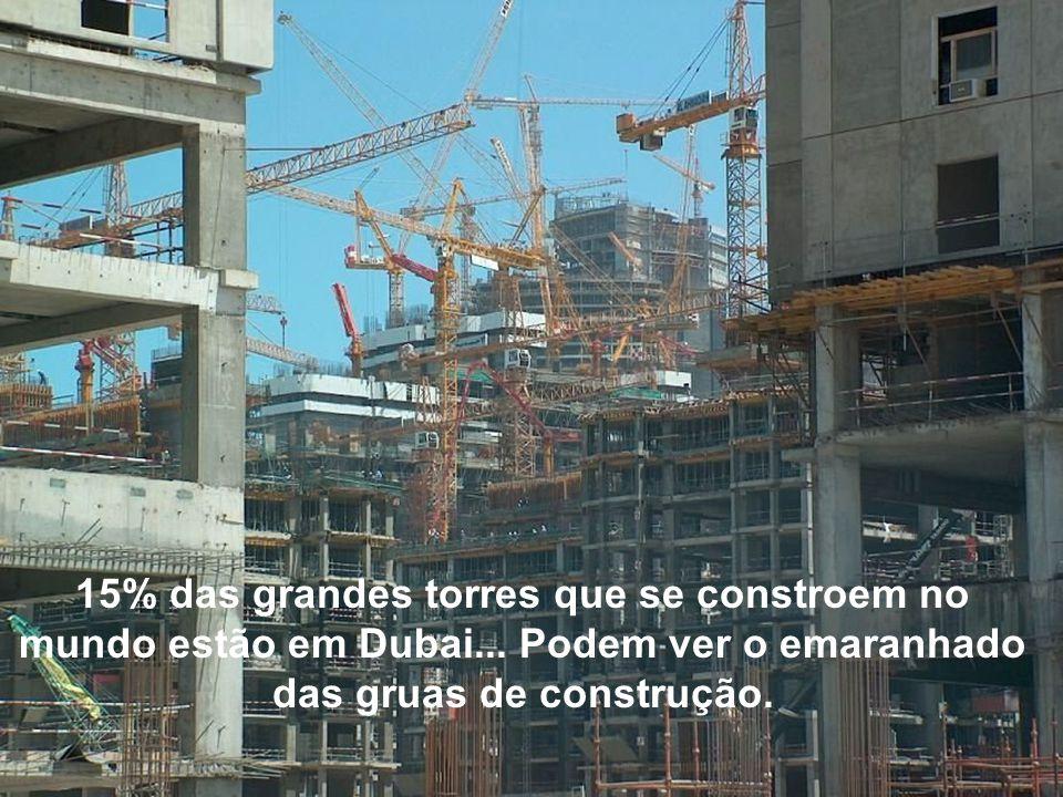 15% das grandes torres que se constroem no mundo estão em Dubai... Podem ver o emaranhado das gruas de construção.