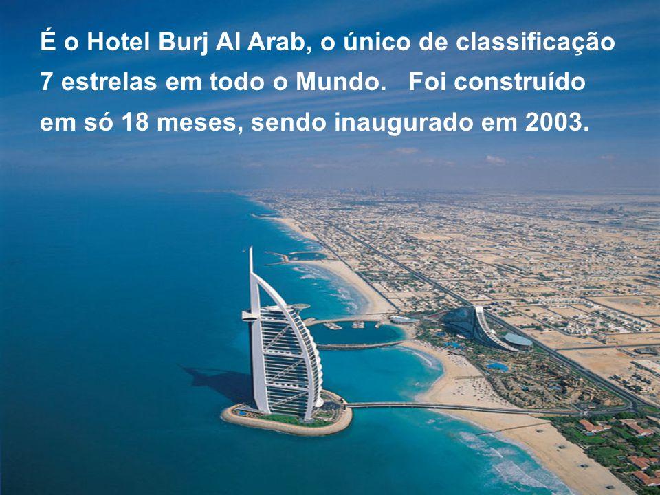 É o Hotel Burj Al Arab, o único de classificação 7 estrelas em todo o Mundo. Foi construído em só 18 meses, sendo inaugurado em 2003.