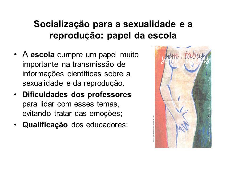 Socialização para a sexualidade e a reprodução: papel da escola A escola cumpre um papel muito importante na transmissão de informações científicas so
