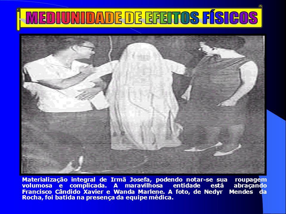 Materialização integral de Irmã Josefa, podendo notar-se sua roupagem volumosa e complicada. A maravilhosa entidade está abraçando Francisco Cândido X