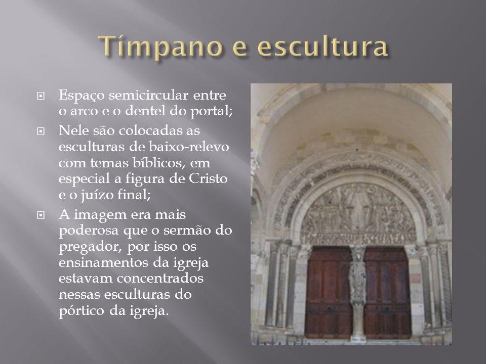Espaço semicircular entre o arco e o dentel do portal; Nele são colocadas as esculturas de baixo-relevo com temas bíblicos, em especial a figura de Cr