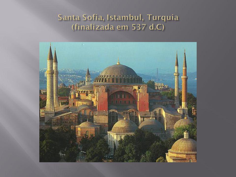 Domo de Santa Sofia Seu impressionante domo de 31 metros de diâmetro e 55,6 metros de altura foi projetado por Isidoro de Miletto e Antemio de Talles, que eram nada menos do que mestres em Geometria da Universidade de Constantinopla.