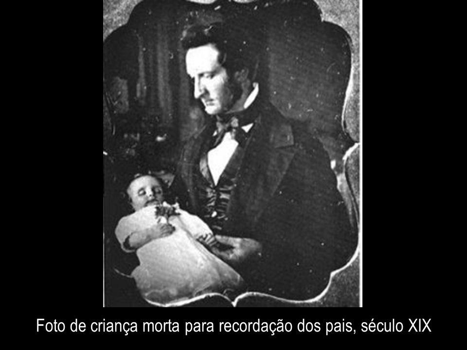 Foto de criança morta para recordação dos pais, século XIX