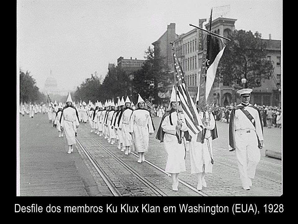 Desfile dos membros Ku Klux Klan em Washington (EUA), 1928