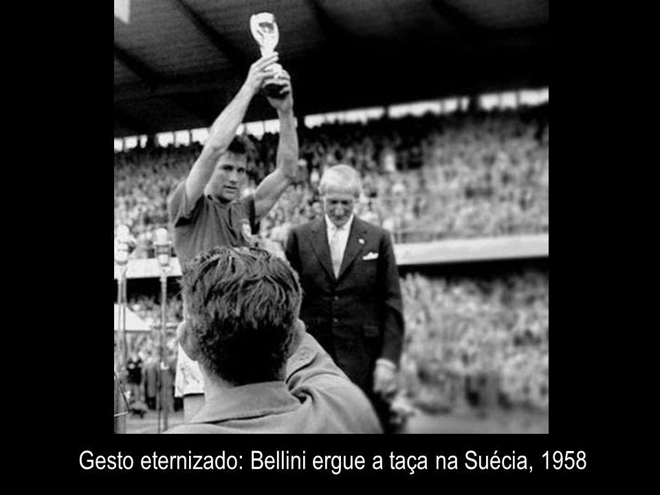 Gesto eternizado: Bellini ergue a taça na Suécia, 1958