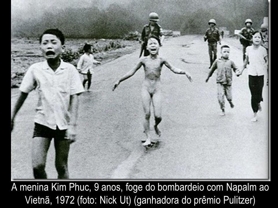 A menina Kim Phuc, 9 anos, foge do bombardeio com Napalm ao Vietnã, 1972 (foto: Nick Ut) (ganhadora do prêmio Pulitzer)