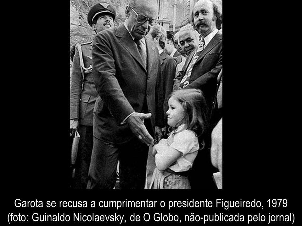 Garota se recusa a cumprimentar o presidente Figueiredo, 1979 (foto: Guinaldo Nicolaevsky, de O Globo, não-publicada pelo jornal)