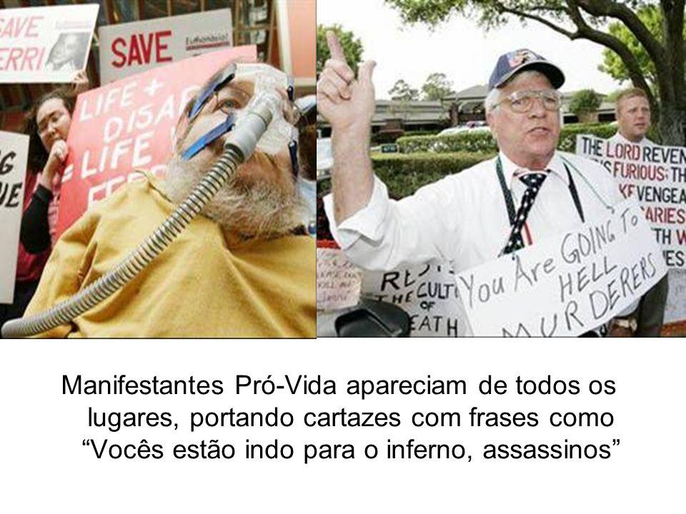 Manifestantes Pró-Vida apareciam de todos os lugares, portando cartazes com frases como Vocês estão indo para o inferno, assassinos