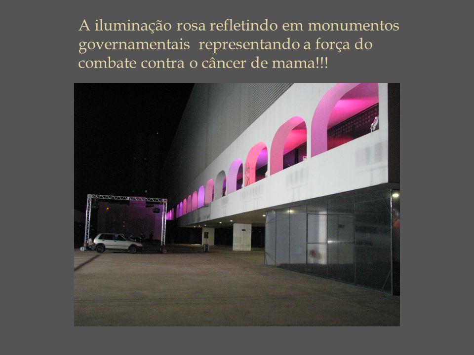 A iluminação rosa refletindo em monumentos governamentais representando a força do combate contra o câncer de mama!!!