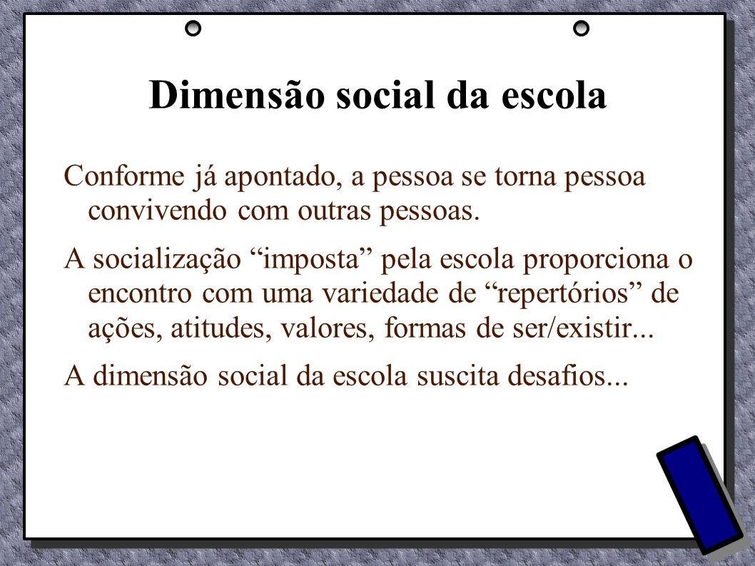 Dimensão social da escola Conforme já apontado, a pessoa se torna pessoa convivendo com outras pessoas. A socialização imposta pela escola proporciona