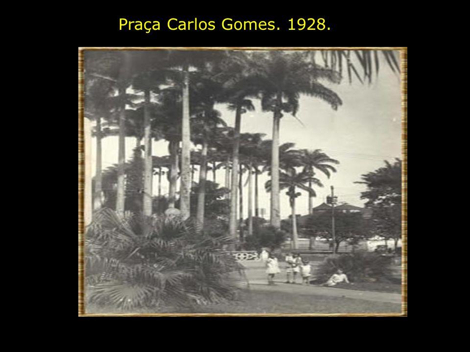 Praça Carlos Gomes e Rua Boaventura do Amaral. entre 1935 e 1940. Por esta rua descia o bonde vindo da Ponte Preta, onde deslizava suavemente, ladeado