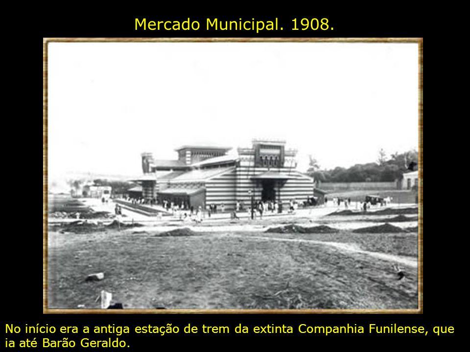 Rua 13 de Maio entre 1935 e 1940. À direita vê-se parte do Teatro Municipal, demolido em 1965 para dar lugar a nada ( este teatro foi tido como conden