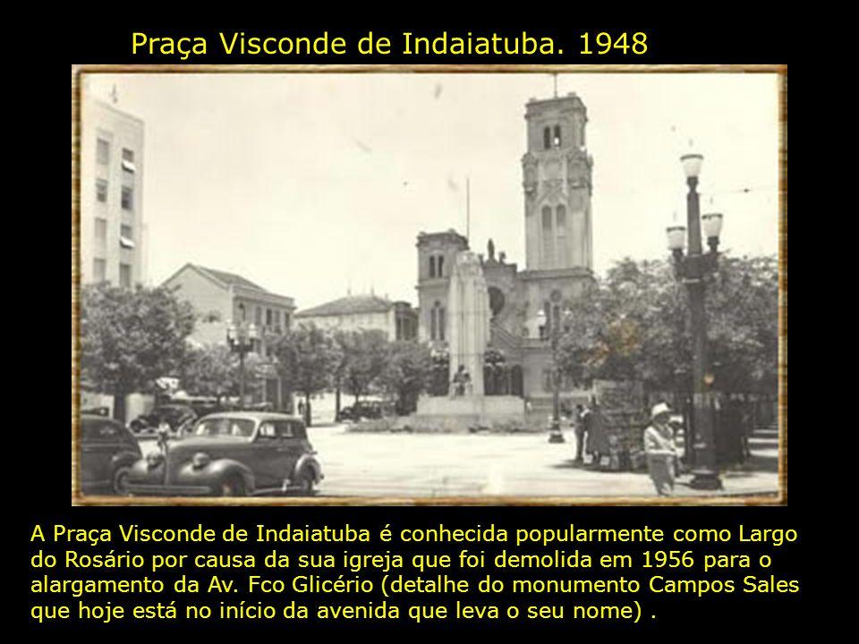Construção do Palácio da Justiça. 1945 À esquerda vê-se a Igreja N. Sra. do Rosário ( detalhe, o casarão que aparecia na foto anterior ao lado da igre