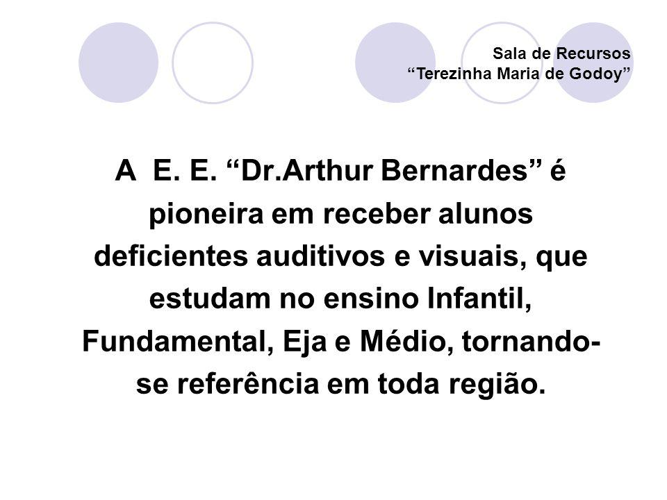 A E. E. Dr.Arthur Bernardes é pioneira em receber alunos deficientes auditivos e visuais, que estudam no ensino Infantil, Fundamental, Eja e Médio, to