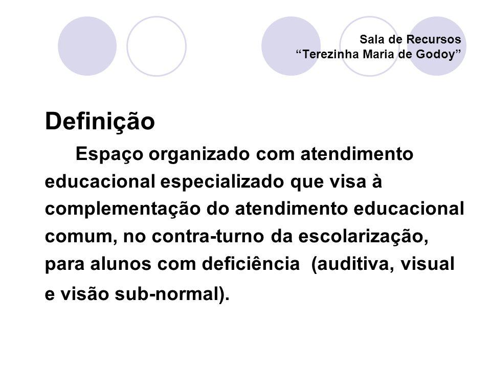 Definição Espaço organizado com atendimento educacional especializado que visa à complementação do atendimento educacional comum, no contra-turno da e