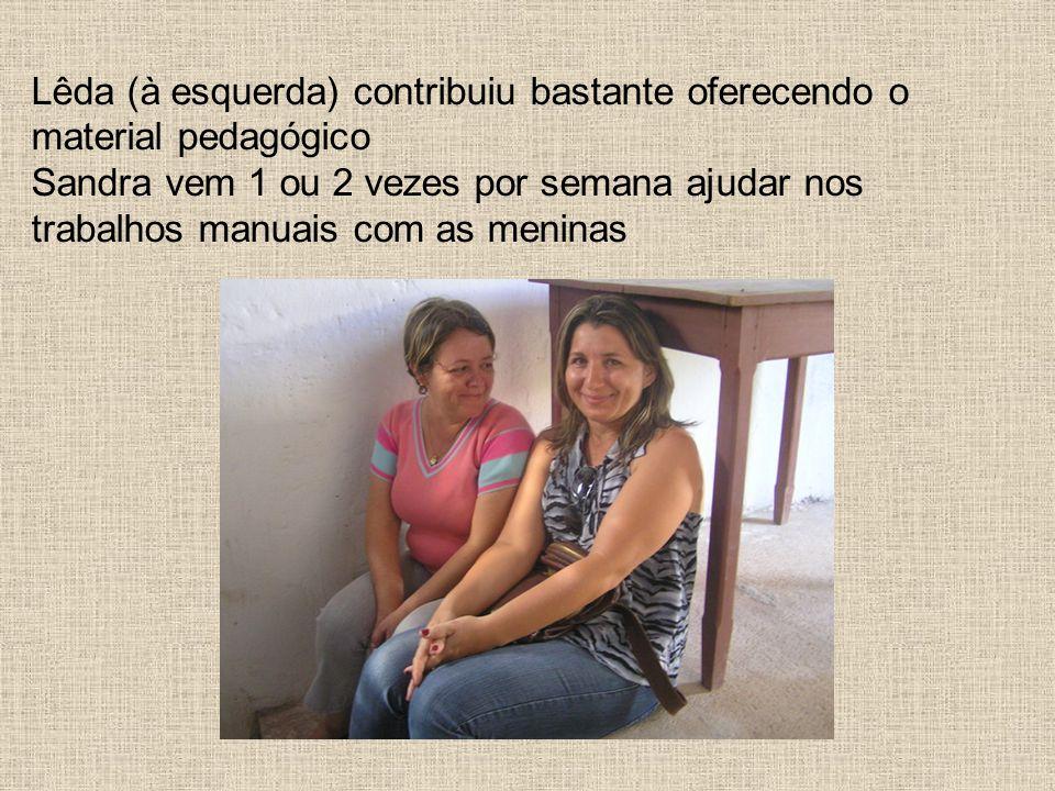 Lêda (à esquerda) contribuiu bastante oferecendo o material pedagógico Sandra vem 1 ou 2 vezes por semana ajudar nos trabalhos manuais com as meninas