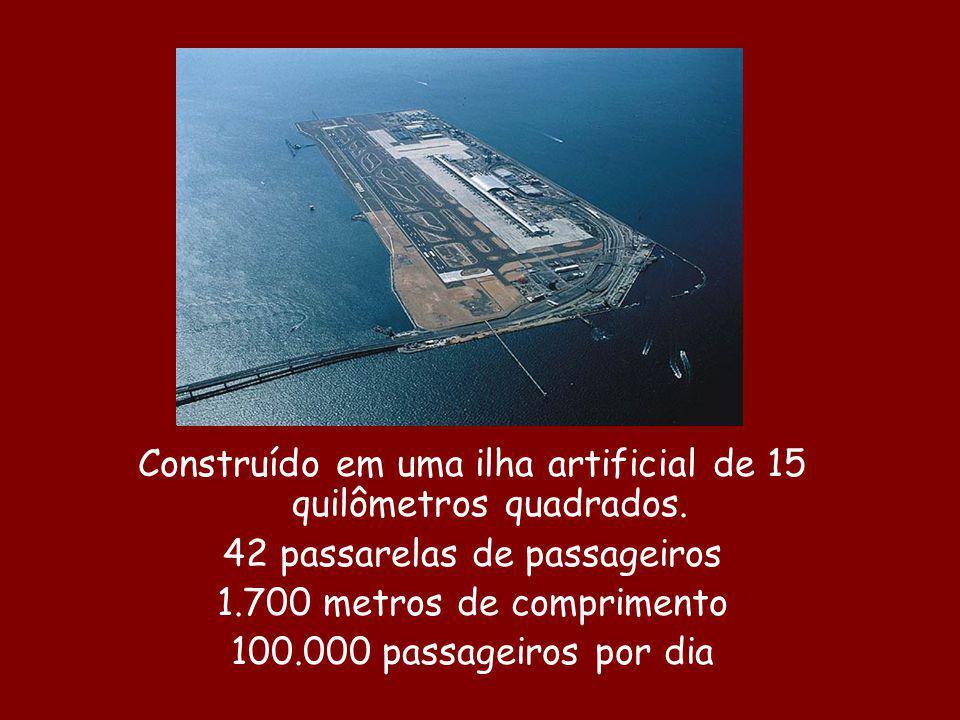 Construído em uma ilha artificial de 15 quilômetros quadrados. 42 passarelas de passageiros 1.700 metros de comprimento 100.000 passageiros por dia