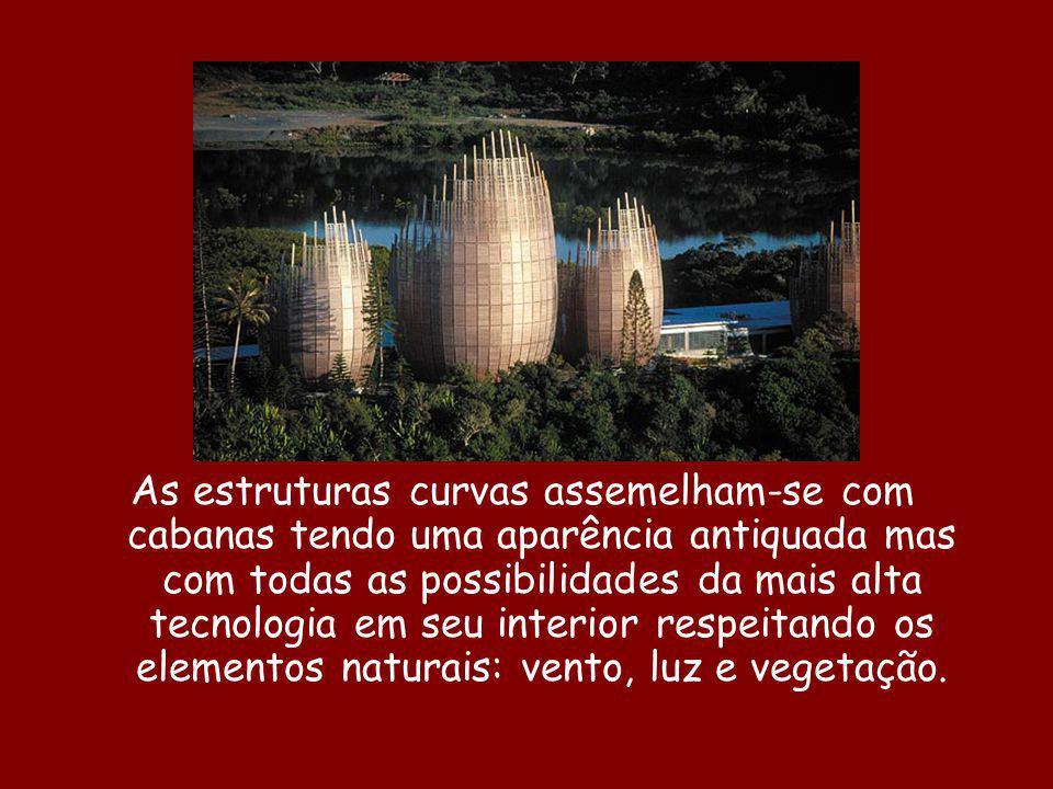 As estruturas curvas assemelham-se com cabanas tendo uma aparência antiquada mas com todas as possibilidades da mais alta tecnologia em seu interior r