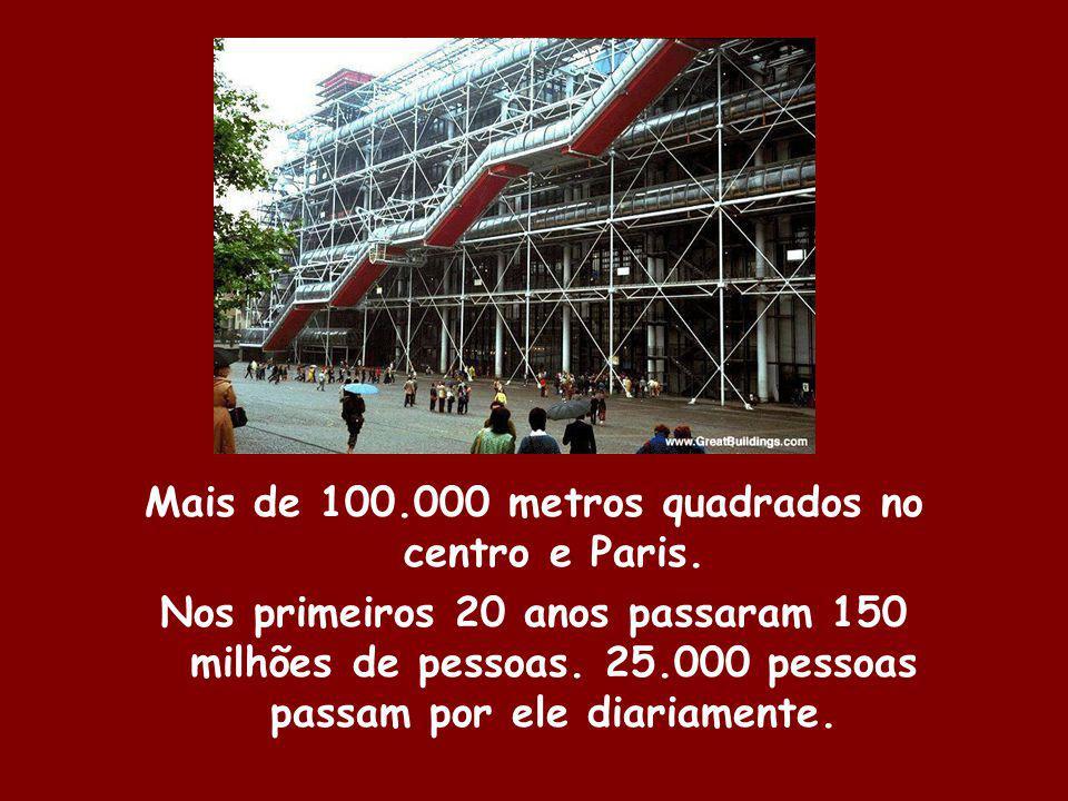 Mais de 100.000 metros quadrados no centro e Paris. Nos primeiros 20 anos passaram 150 milhões de pessoas. 25.000 pessoas passam por ele diariamente.