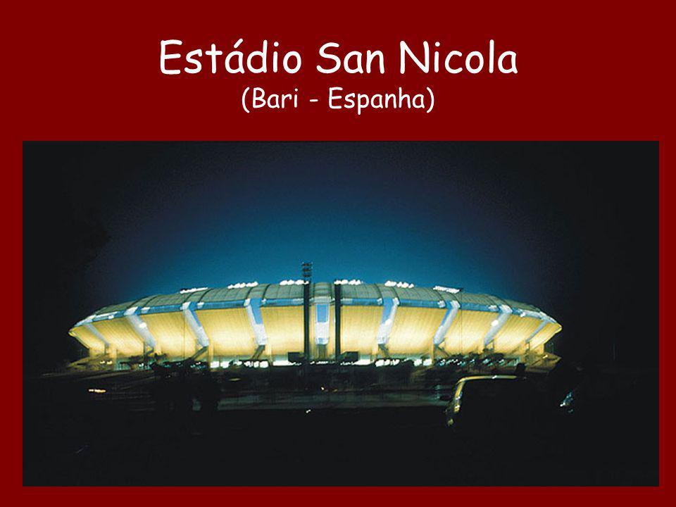 Construído para a Copa de 1990. Cada arquibancada é suportada apenas por três grandes pilares.