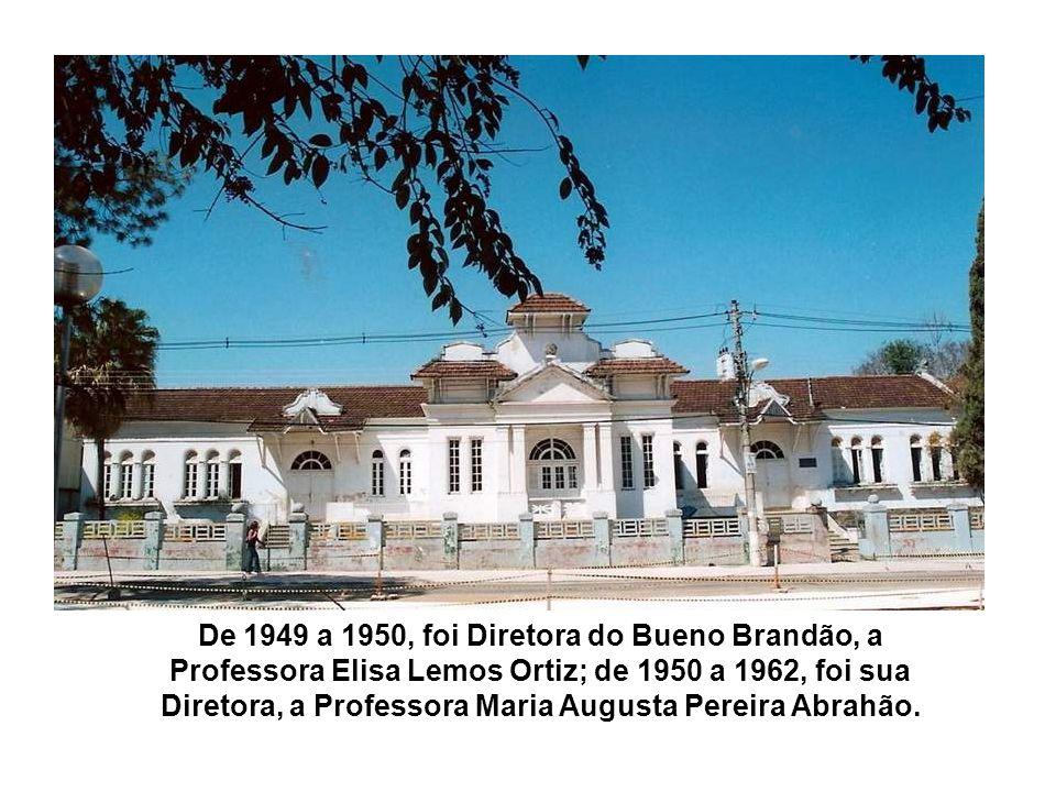 Na foto acima, podemos ver dentro da praça, o prédio da Cia Sul Mineira de Eletricidade, hoje CEMIG, localizado bem em frente ao atual Banco do Brasil