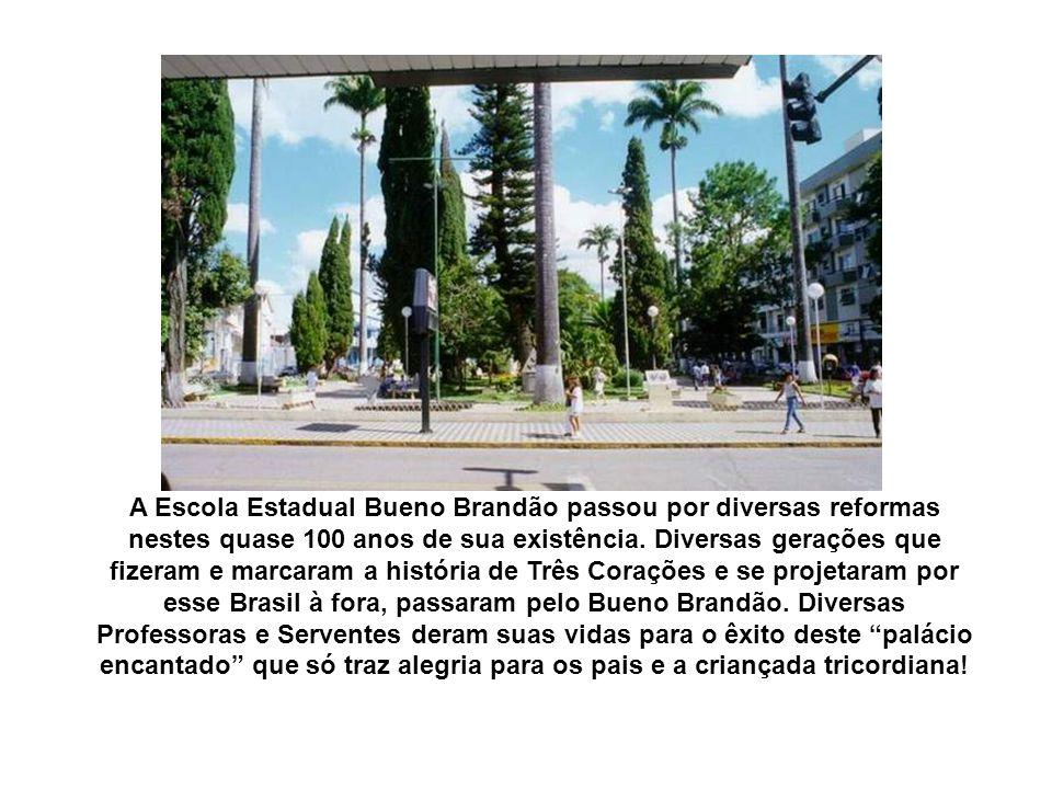 Por prestar relevantes serviços à educação pública de Minas Gerais, a Escola Estadual Bueno Brandão foi agraciada pelo Governador Itamar Franco com a