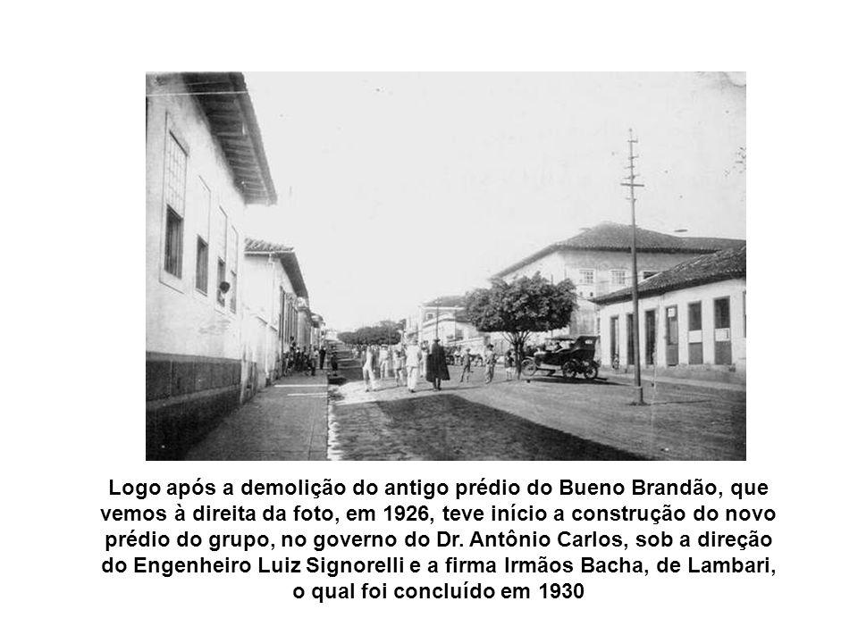 Na foto acima, vemos à esquerda, o prédio do Grupo Escolar Bueno Brandão, demolido pelo Prefeito Cornélio Andrade Pereira, para construção da atual Pr