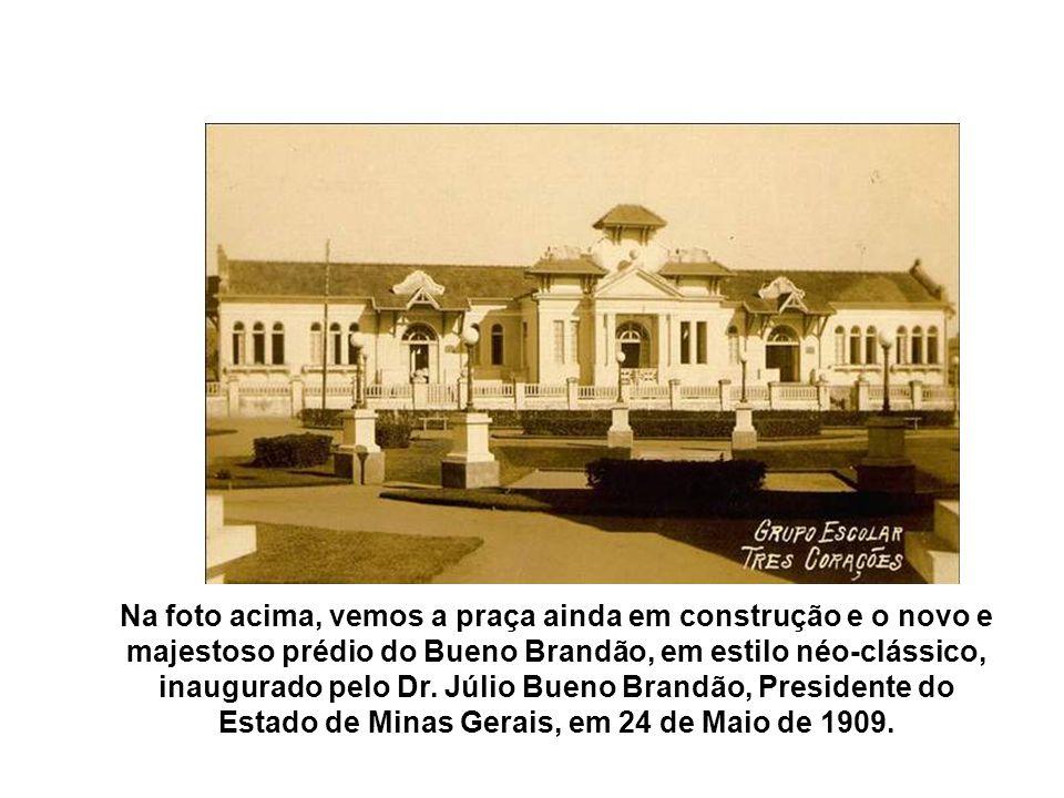 Na foto acima, vemos a praça ainda em construção e o novo e majestoso prédio do Bueno Brandão, em estilo néo-clássico, inaugurado pelo Dr.