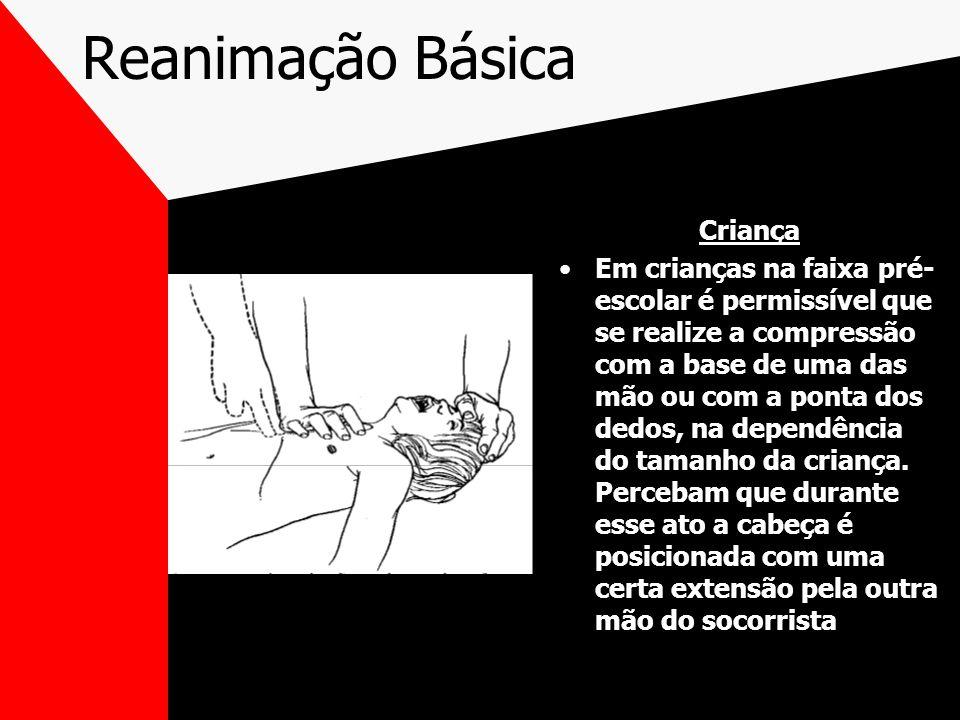 Reanimação Básica Criança Em crianças na faixa pré- escolar é permissível que se realize a compressão com a base de uma das mão ou com a ponta dos dedos, na dependência do tamanho da criança.