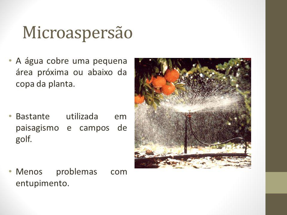 Microaspersão A água cobre uma pequena área próxima ou abaixo da copa da planta. Bastante utilizada em paisagismo e campos de golf. Menos problemas co