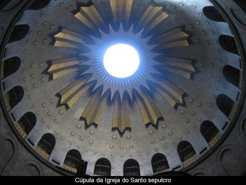 Vía Dolorosa – estação XIII- lugar onde foi baixado o corpo de Jesus e enquanto se descansa nesta pedra é limpa.