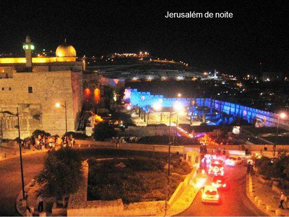 Jerusalém é uma das cidades mais antigas do mundo, habitada pelos jebuseus antes da chegada das tribos hebreias a Canaã no início do século XIII AC. F