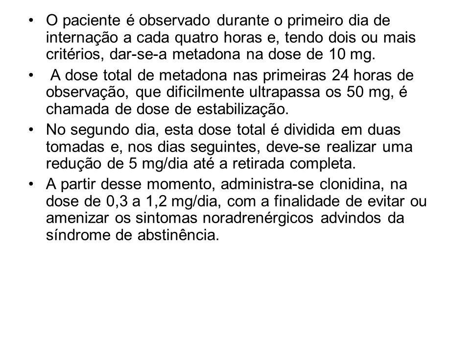 O paciente é observado durante o primeiro dia de internação a cada quatro horas e, tendo dois ou mais critérios, dar-se-a metadona na dose de 10 mg. A