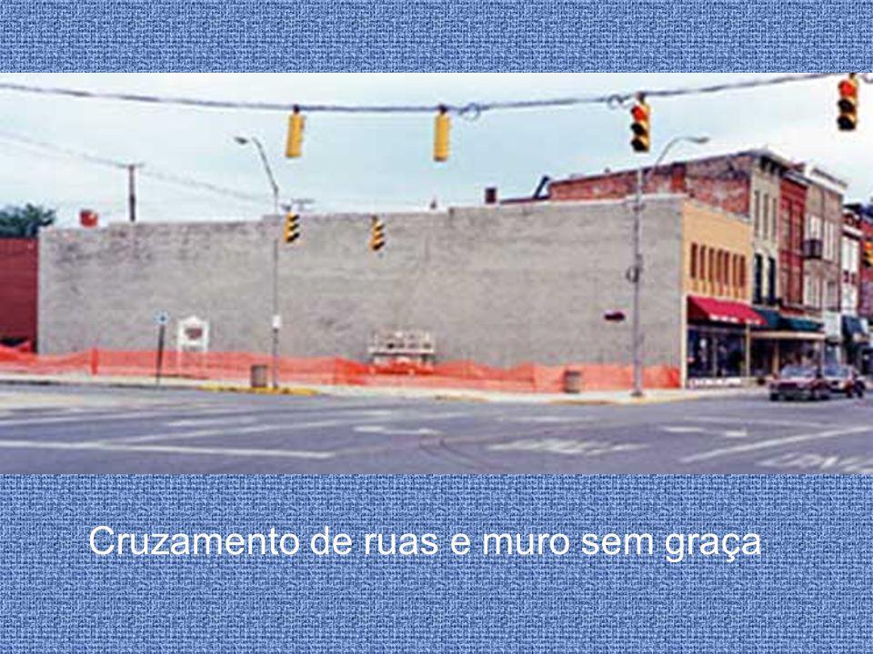 Cruzamento de ruas e muro sem graça