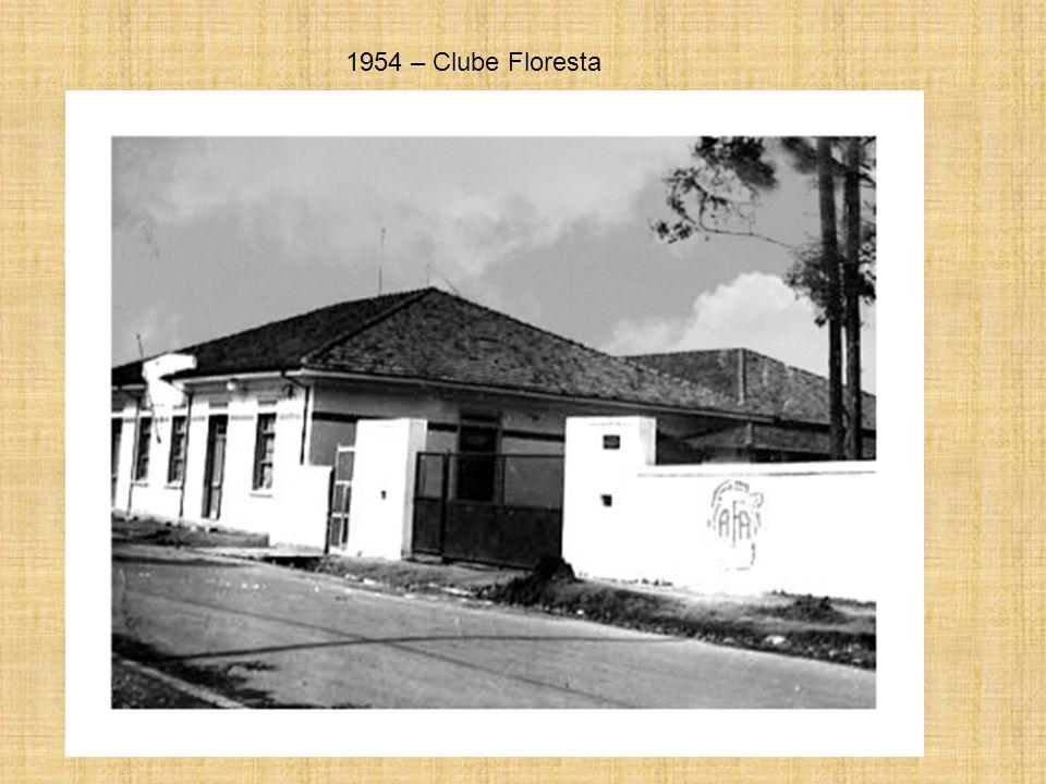 Av. João Batista – Nos anos 50 – Era comum ver os carros com os capôs abertos, já que os motores da época ferviam com facilidade