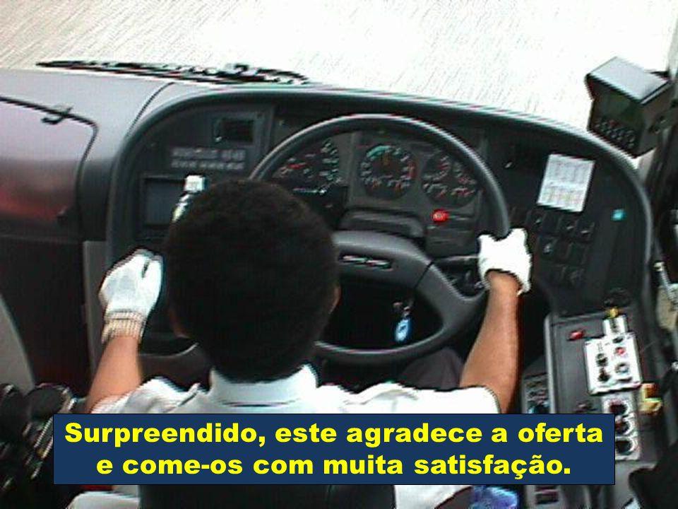 Num autocarro, em viagem para gente de terceira idade, com destino a Fátima, uma das idosas, muito ternamente toca no ombro do motorista, e oferece-lh