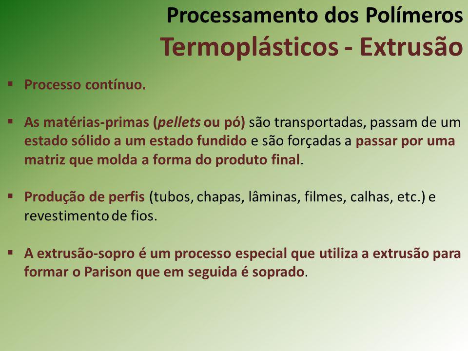 Processamento dos Polímeros Termoplásticos - Extrusão Processo contínuo. As matérias-primas (pellets ou pó) são transportadas, passam de um estado sól