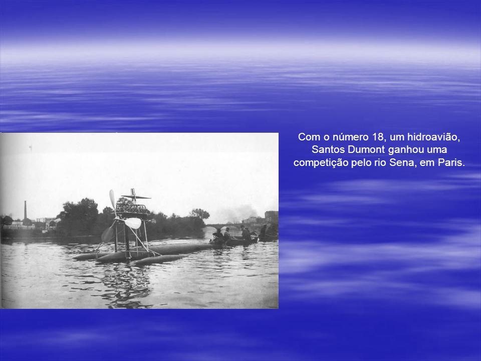 Em Outubro de 1906, o 14-Bis decola sozinho. O brasileiro voador ganha vários prêmios e o título de O Pai da Aviação.