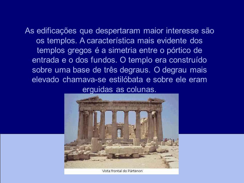 As edificações que despertaram maior interesse são os templos. A característica mais evidente dos templos gregos é a simetria entre o pórtico de entra