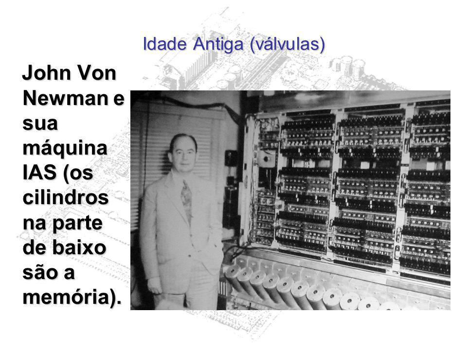 Idade Antiga (válvulas) John Von Newman e sua máquina IAS (os cilindros na parte de baixo são a memória). John Von Newman e sua máquina IAS (os cilind
