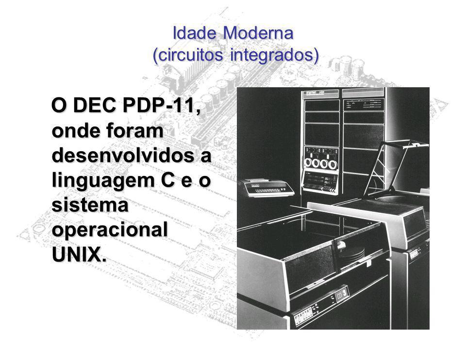 Idade Moderna (circuitos integrados) O DEC PDP-11, onde foram desenvolvidos a linguagem C e o sistema operacional UNIX. O DEC PDP-11, onde foram desen