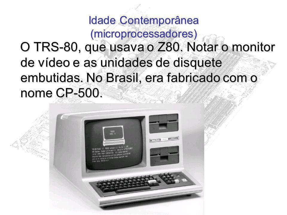 Idade Contemporânea (microprocessadores) O TRS-80, que usava o Z80. Notar o monitor de vídeo e as unidades de disquete embutidas. No Brasil, era fabri