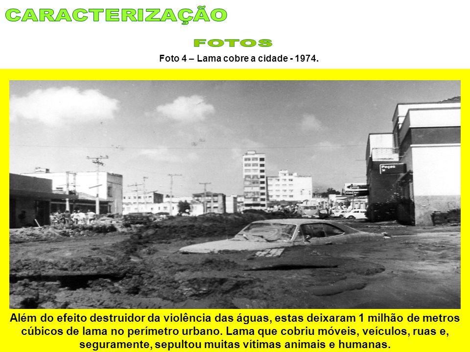 Foto 4 – Lama cobre a cidade - 1974. Além do efeito destruidor da violência das águas, estas deixaram 1 milhão de metros cúbicos de lama no perímetro