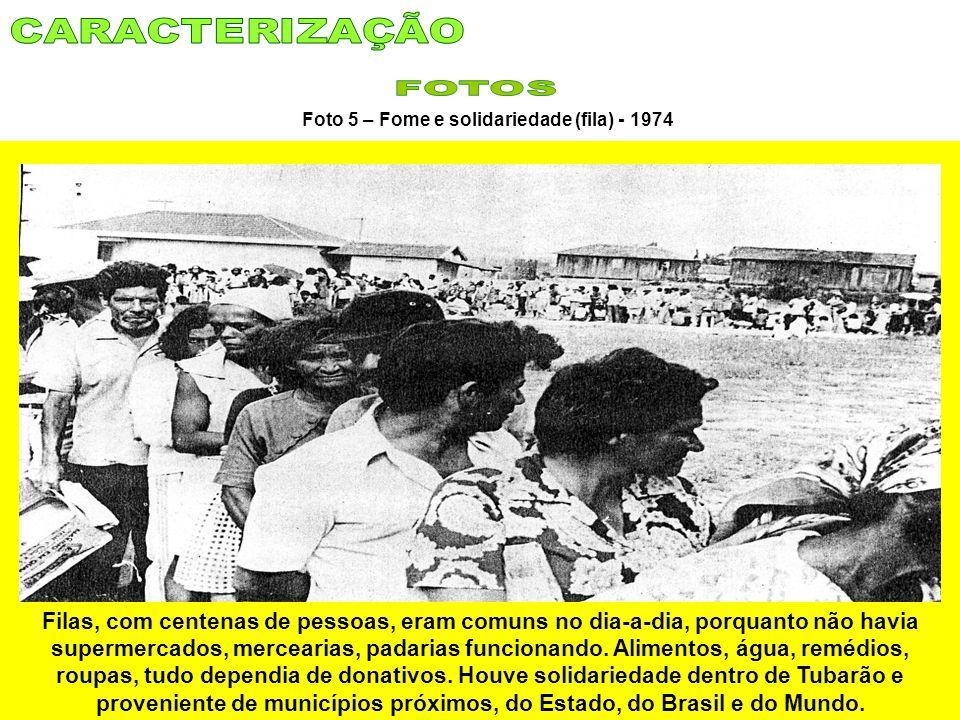 Foto 5 – Fome e solidariedade (fila) - 1974 Filas, com centenas de pessoas, eram comuns no dia-a-dia, porquanto não havia supermercados, mercearias, p