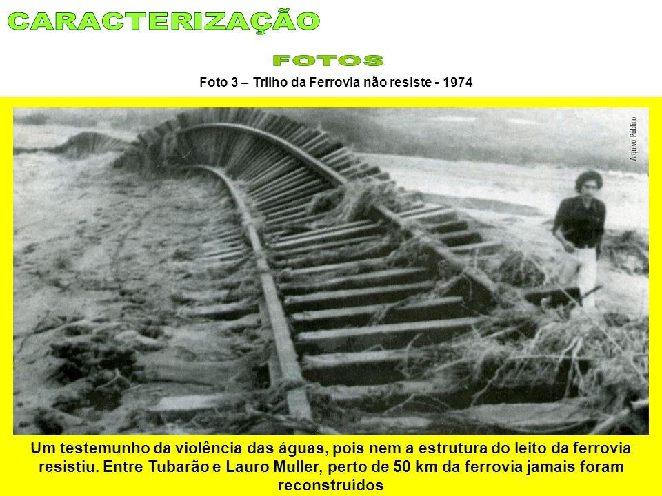 Um testemunho da violência das águas, pois nem a estrutura do leito da ferrovia resistiu. Entre Tubarão e Lauro Muller, perto de 50 km da ferrovia jam