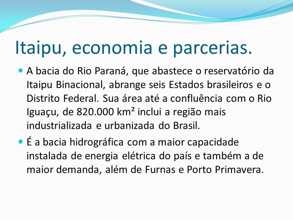Meios socioeconômicos: A economia baseia-se no setor primário, com alguns focos de forte industrialização e concentração turística na parte sul, regiã