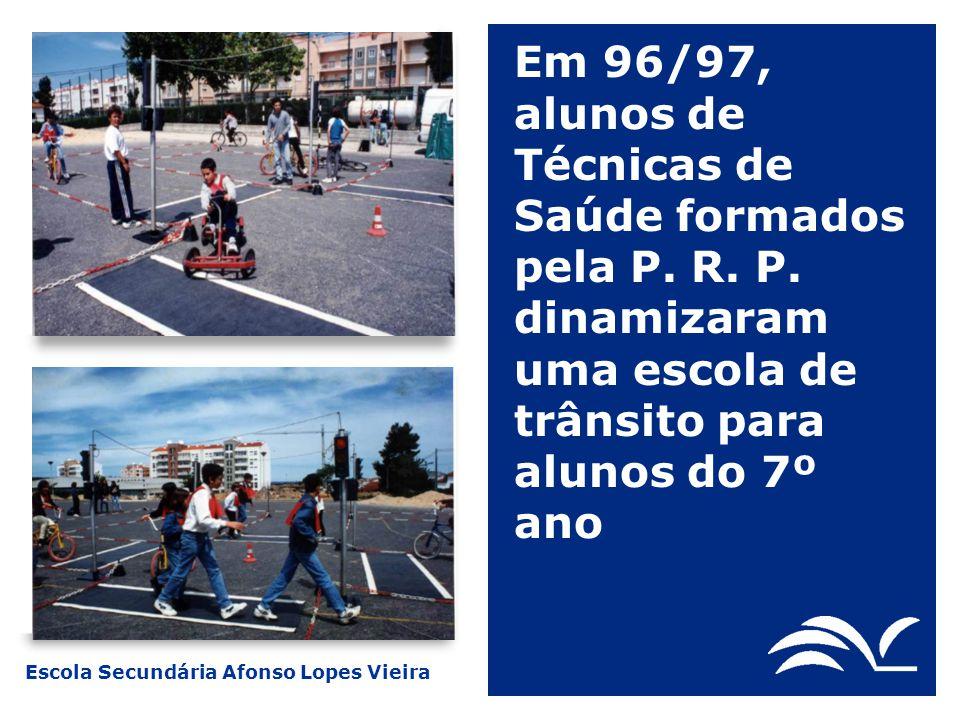 Escola Secundária Afonso Lopes Vieira Em 96/97, alunos de Técnicas de Saúde formados pela P. R. P. dinamizaram uma escola de trânsito para alunos do 7