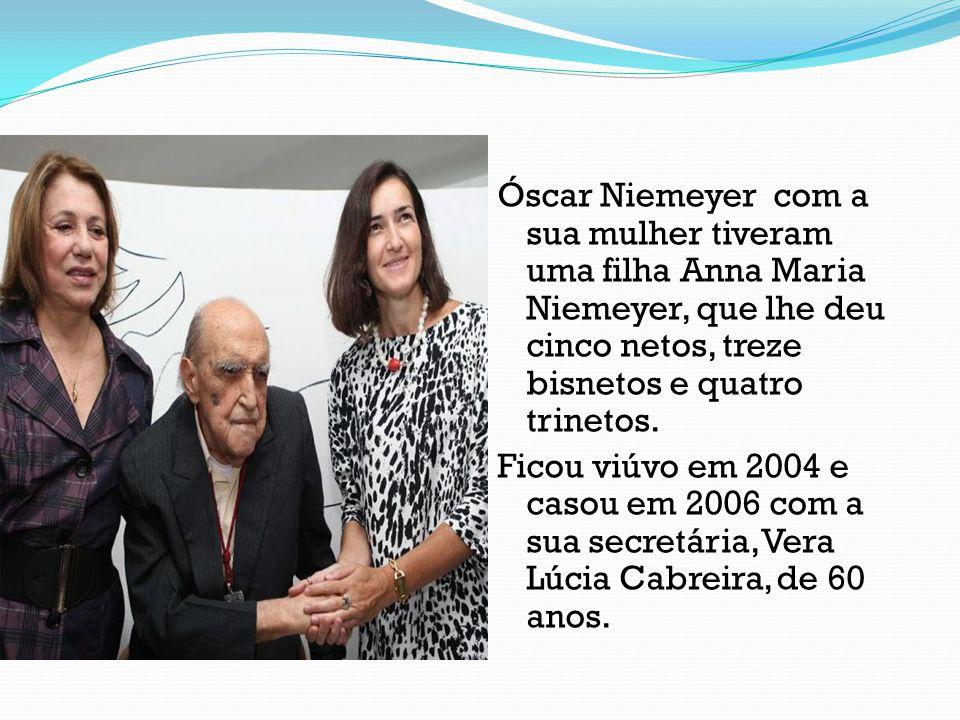 Óscar Niemeyer com a sua mulher tiveram uma filha Anna Maria Niemeyer, que lhe deu cinco netos, treze bisnetos e quatro trinetos. Ficou viúvo em 2004