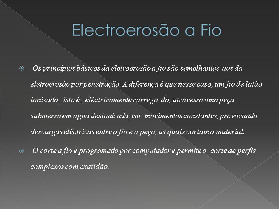 Os princípios básicos da eletroerosão a fio são semelhantes aos da eletroerosão por penetração. A diferença é que nesse caso, um fio de latão ionizado