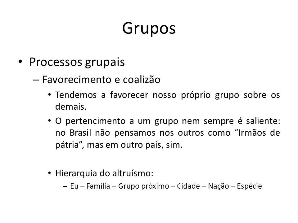 Grupos Processos grupais – Favorecimento e coalizão Tendemos a favorecer nosso próprio grupo sobre os demais. O pertencimento a um grupo nem sempre é